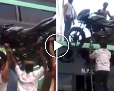 Homem Sobe Escada Com Mota Em Cima Da Cabeça e Coloca-a Em Cima De Autocarro De 2 Andares 6