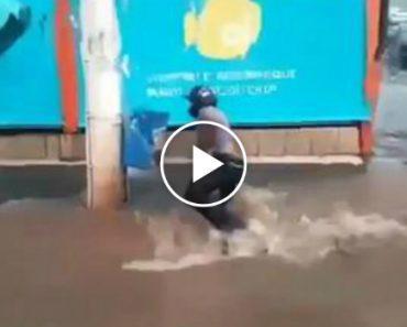 Motociclista Arrastado Pelas Cheias e Quase Engolido Por Buraco 1