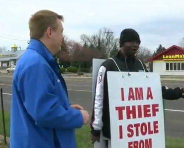 """Juiz Faz Homem Acusado De Roubo Usar Cartaz Com a Mensagem """"Eu Sou Um Ladrão"""" 2"""