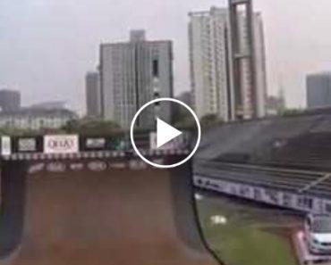 Magnífica Troca De Bicicleta Durante Salto 7