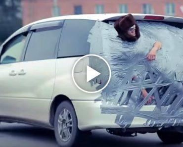 Russos Colam Amigo à Traseira Do Carro e Fazem Passeio Pela Cidade 6