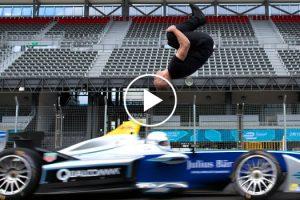Homem Faz Perigosa Acrobacia Ao Fazer Mortal De Costas Por Cima De Carro a Alta Velocidade 10