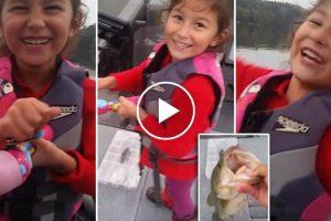 Menina Pesca Robalo De 2 Kg Usando Brinquedo Da Barbie 10