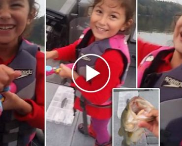 Menina Pesca Robalo De 2 Kg Usando Brinquedo Da Barbie 5