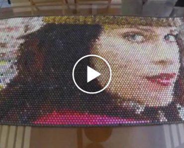Artista Pinta Retrato Injetando Tinta Em Plástico De Bolhas De Ar 7