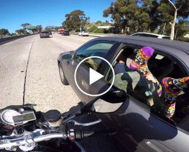 Motociclista Agarra Os Pés De Alguém Na Autoestrada 2