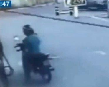 Motociclista Sofre Bizarro Acidente Em Posto De Combustível 9