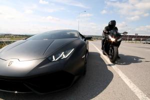 Lamborghini Huracan e CBR 1000RR Fazem Corrida Louca No Meio Do Trânsito 10