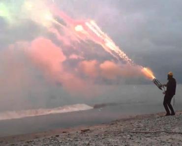 Homem Cria Canhão De Fogo-De-Artifício Que Faz 1001 Disparos Em 45 Segundos 7