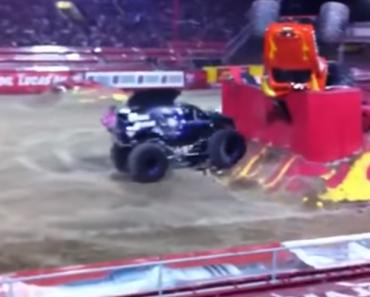 Piloto Faz a Mais Impressionante Manobra Com Monster Truck 8