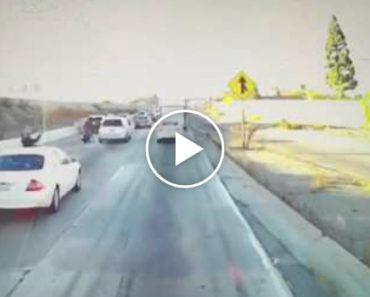 Motociclista Salta Para Carrinha Em Andamento Depois De Ser Atirado Ao Chão Por Condutor 1