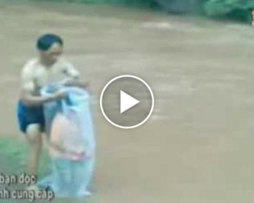 Professores Vietnamitas Colocam Alunos Dentro De Sacos Plástico Para Atravessar Rio Inundado!!! 4