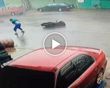 Motociclista Atingido Por Destroços Após Tentar Atravessar Por Tufão 4