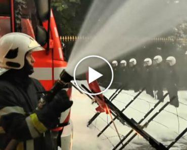 Polícias Levam Banho De Espuma Durante Protesto De Bombeiros 5