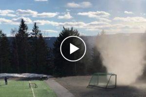 Jovens Surpreendidos Por Mini Tornado Que Se Formou Em Campo De Futebol Na Noruega 8
