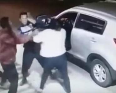 Mãe Desesperada Enfrenta 2 Assaltantes Armados Para Tirar Filho Do Interior Do Carro 8