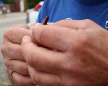 Homem Mostra a Sua Bizarra Habilidade Usando Uma Minhoca 5