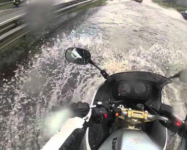 Motociclista Corajoso Atravessa Estrada Inundada 12