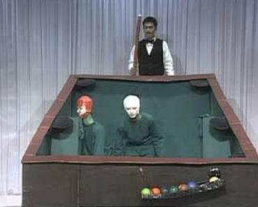 Homens Disfarçam-se e Comportam-se Como Bolas De Snooker Em Invulgar Programa Televisivo 9