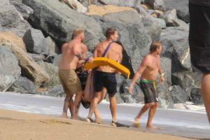 Casal é Resgatado Por Nadadores Salvadores Depois De Tentarem Fazer Jet-Ski No Mar Revolto 9