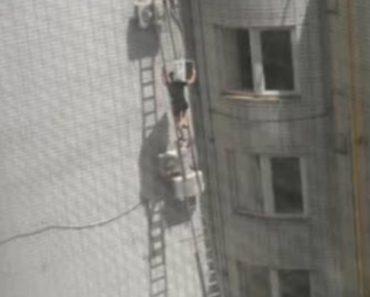 Técnico Sobe Escada Com Ar Condicionado Nos Ombros Para Fazer Instalação Em Elevado Apartamento 3