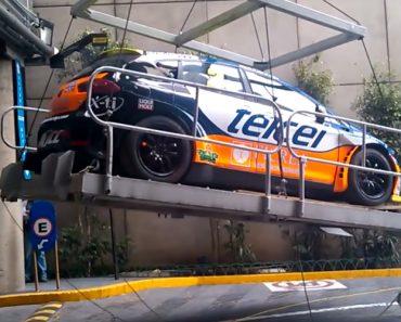 Transporte De Carro De Rally Através De Uma Plataforma Termina De Forma Desastrosa 6