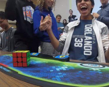 Momento Em Que Um Jovem Estabelece o Novo Recorde Mundial Do Cubo De Rubik... 4,69 Segundos! 4