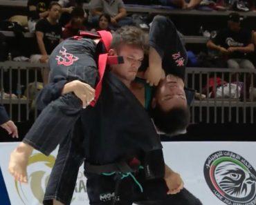 Lutador De Jiu-jitsu Apaga Adversário Com Estrangulamento Épico 9