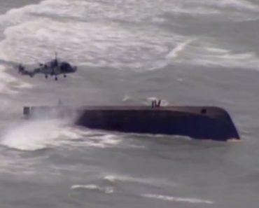 Filmado Momento De Resgate De Mãe e Filhos Presos Em Barco Afundado 8