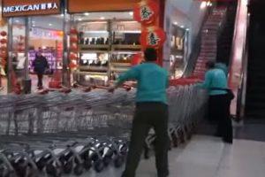 Como Os Chineses Transportam Centenas De Carrinhos De Compras De Uma Só Vez 9