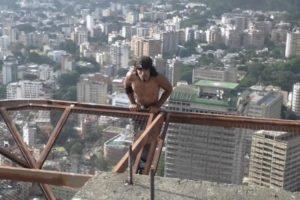 Homem Faz Extremo Exercício Físico Em Edifício De 60 Andares Sem Equipamento De Segurança 7