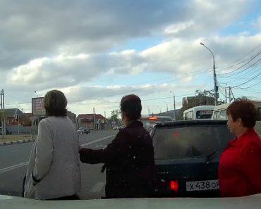 O Dia De Sorte De Uma Pedestre Que Se Esqueceu De Olhar Antes De Atravessar a Estrada 9