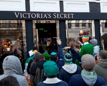 Adeptos Irlandeses Na Dinamarca Divertem-se à Porta Da Victoria's Secret 5