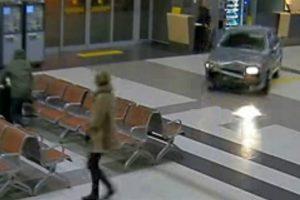 Homem Alcoolizado Invade e Destrói Terminal De Aeroporto 8