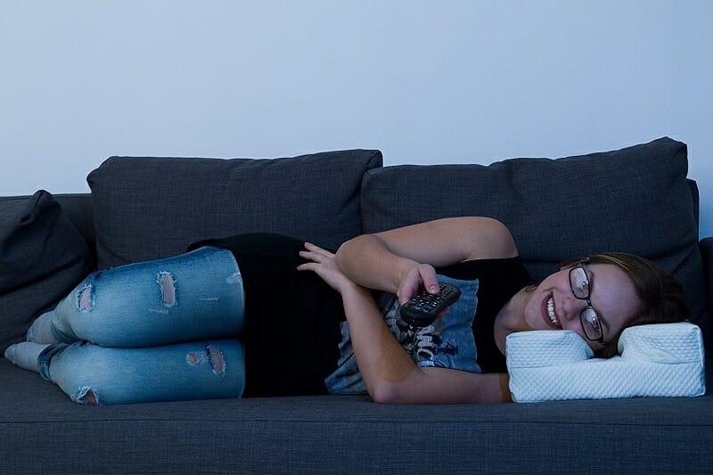 A Almofada Ideal Para Quem Usa Óculos, e Gosta De Ver Televisão No Sofá 1