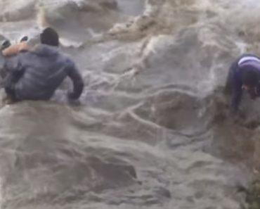 Adolescentes São Arrastados Pelo Mar Depois De Se Aproximarem Demasiado Das Fortes Ondas 5