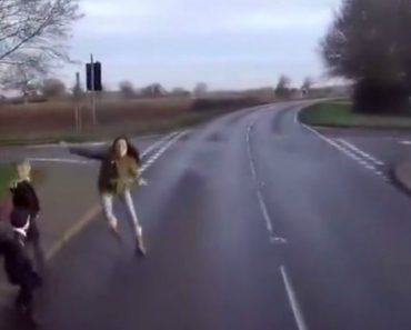 Vídeo Arrepiante Mostra 3 Crianças a Correr Para a Estrada No Momento Errado 2