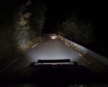 Dois Subaru Impreza STI Fazem Arriscado Percurso Durante a Noite Numa Estrada Sem Luz 3