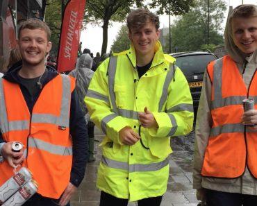 Amigos Vestiram-se De Homens Do Lixo Para Entrar Num Festival Sem Pagar 2
