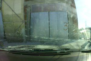 Condutor Azarado Vê Porta Atingir o Seu Carro Após Ser Arrancada Pelo Vento 9