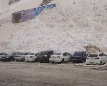 Forte Avalanche Destrói Dezenas De Carros Em Parque De Estacionamento 4
