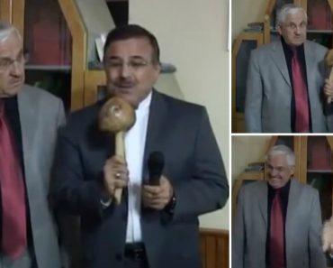 Repórter Confunde Microfone Com Um Cogumelo Gigante e Faz Entrevista Bizarra 7