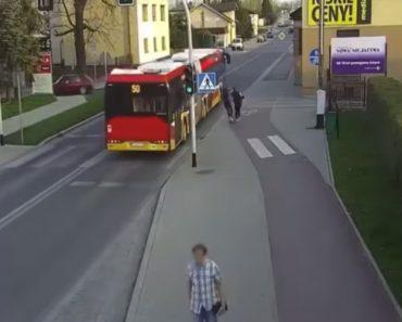 Adolescente Empurra Amiga Contra Autocarro Em Movimento Apenas Por Brincadeira 8