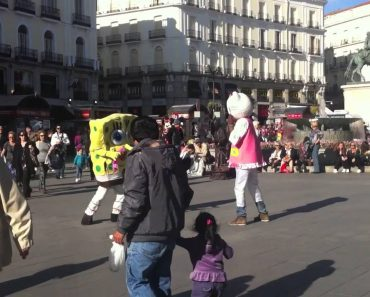 Bob Esponja e Hello Kitty Desentendem-se No Meio Da Praça Por Um Lugar Ao Sol 7