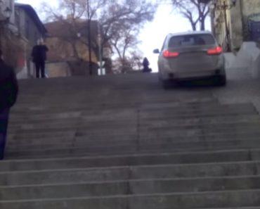Condutor Sobe Escadas Com BMW Em Vez De Conduzir Na Estrada 4