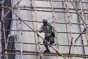 Trabalhadores Usam Andaimes De Bambu Para Realizar Trabalhos De Manutenção Em Elevado Edifício 10