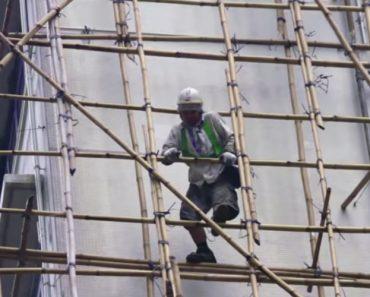 Trabalhadores Usam Andaimes De Bambu Para Realizar Trabalhos De Manutenção Em Elevado Edifício 4