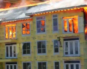 Homem Perto Da Morte Aguarda Pacificamente Por Bombeiros Na Varanda De Um Edifício Em Chamas 1