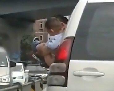 Pai Segura Filho Do Lado De Fora Da Janela Do Carro Em Movimento Para Urinar Em Movimentada Estrada 1