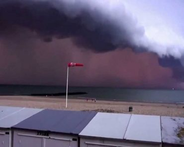 Tempestade Assustadora Causa o Pânico a Pessoas Junto Ao Mar 7
